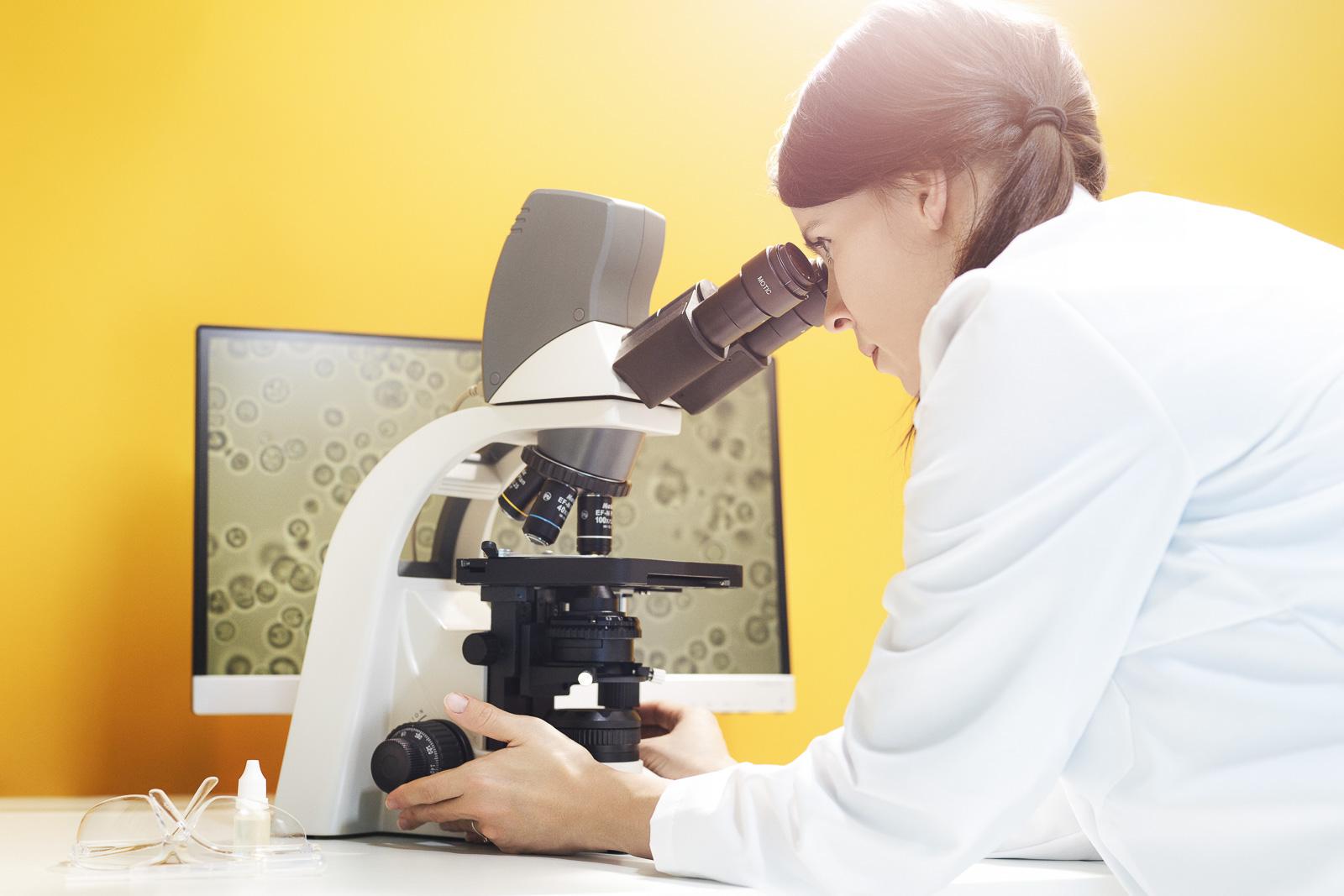 Kvinna i lab