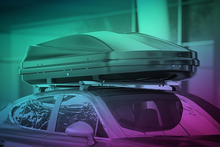 Bil med takbox norrskensfärger