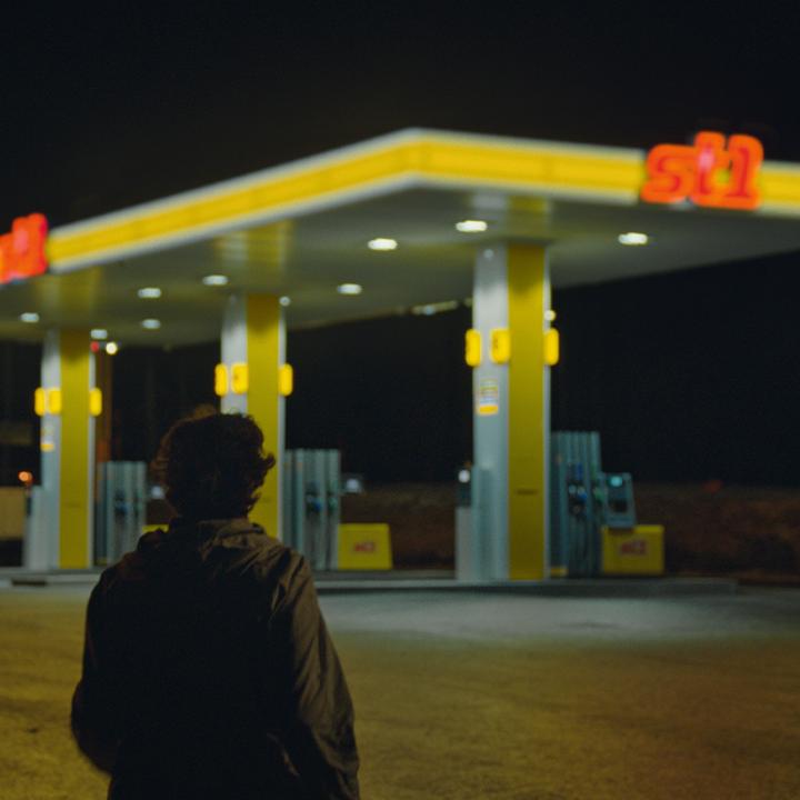 Kvinna i natten vid en St1 station