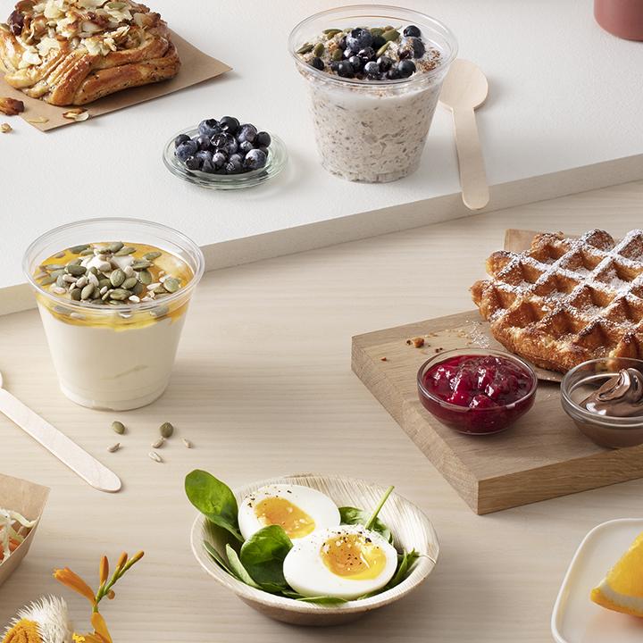 ägg på salladsbädd, belgiska våfflor med sylt och nutella, yoghurt med honung och nötter, äpplen och apelsin.