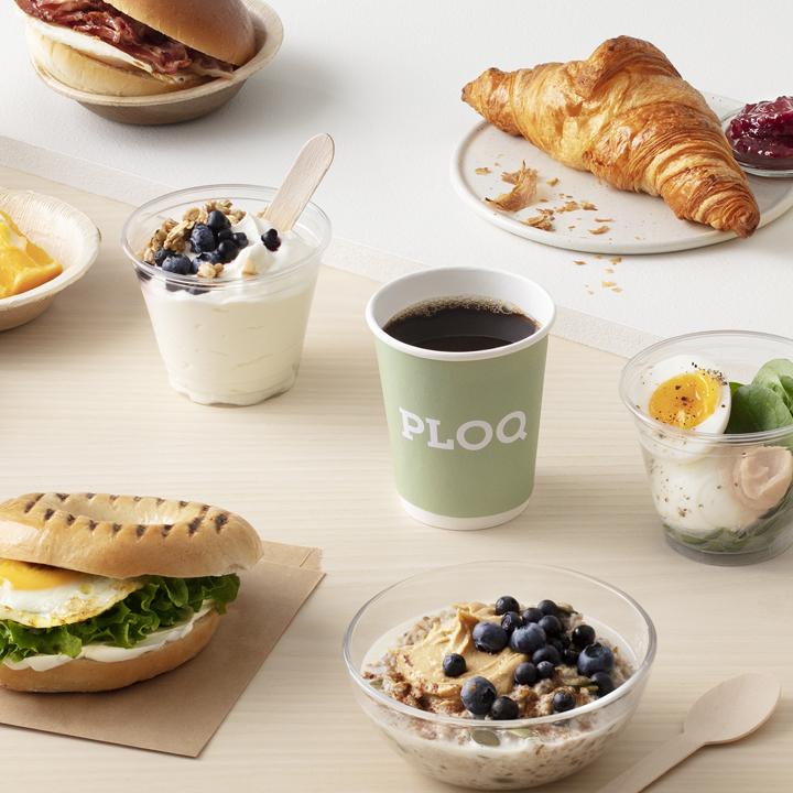kaffe, ploq kopp,äggbagel, gröt med blåbär och mjölk, ägg på salladsbädd med kaviar, crossiant, yoghurt med blåbär och musli