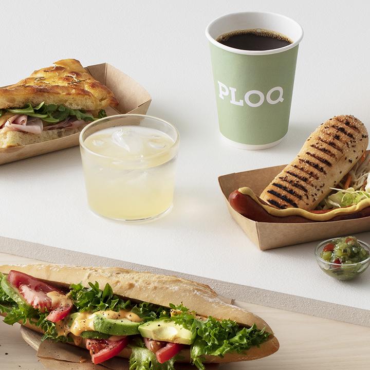 avokado baugette, juice, korv med bröd, kaffe, ploq kopp, focaccia