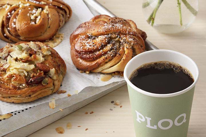 kanelbullar, kardemummabullar, kaffe och ploq kopp