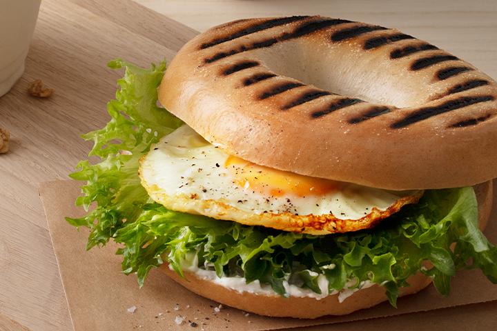 Bagel med stekt ägg och krispsallad.