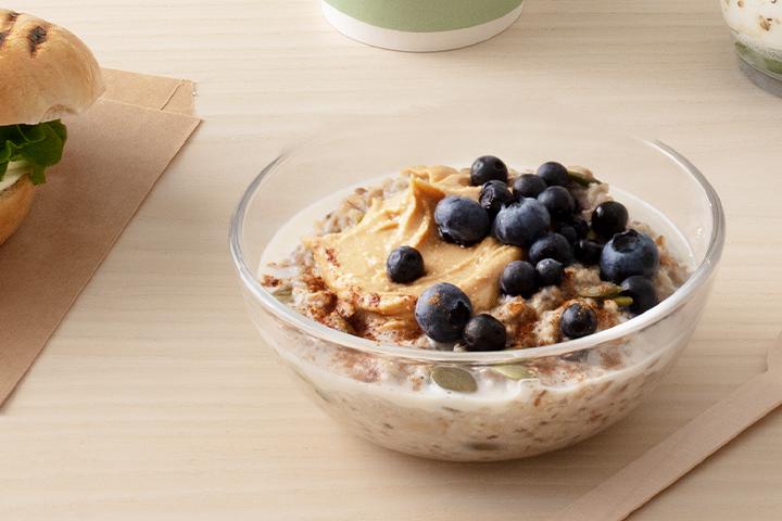 Overnight oats på kokosmjölk med blåbär och kanel.