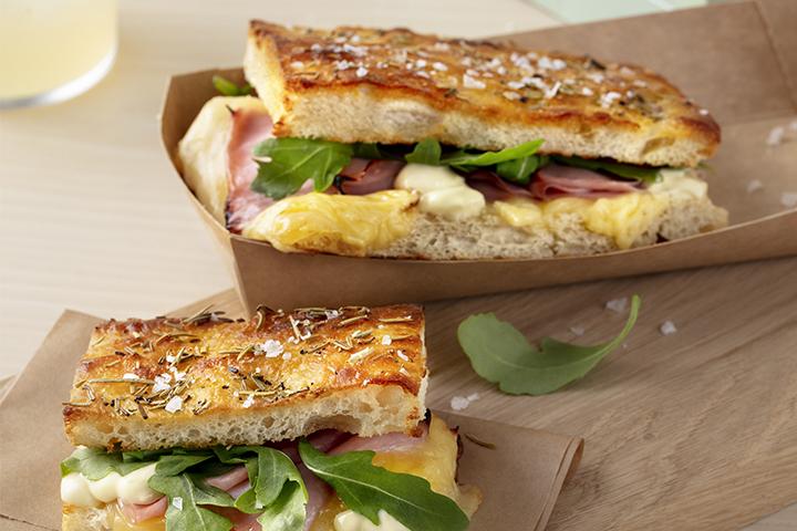 Focaccia med mozzarella, skinka, krämig senapsdressig och ruccola.